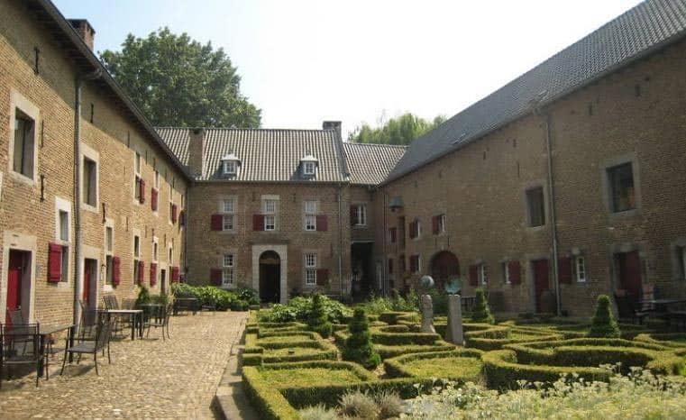 De Meschermolen beschikt over modern ingerichte kamers en ligt in een prachtige groene omgeving.